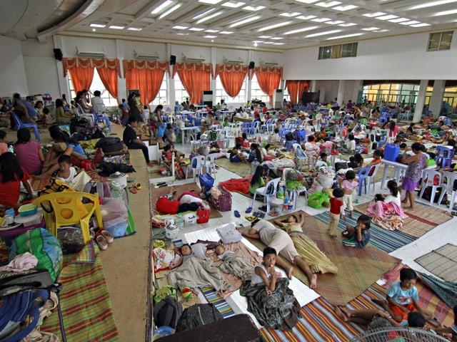 Viele Menschen in einem grossen Raum.