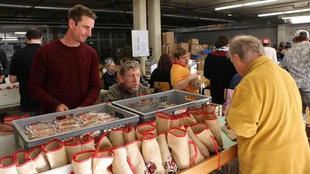Mitarbeitende des Züriwerks verkaufen die Chlaussäckli.
