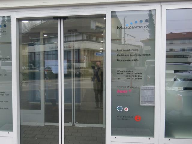 Eingang zu Arztzentrum in Ins.