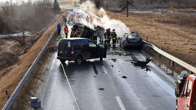 Il lieu da l'accident cun ils trais vehichels pertutgads.