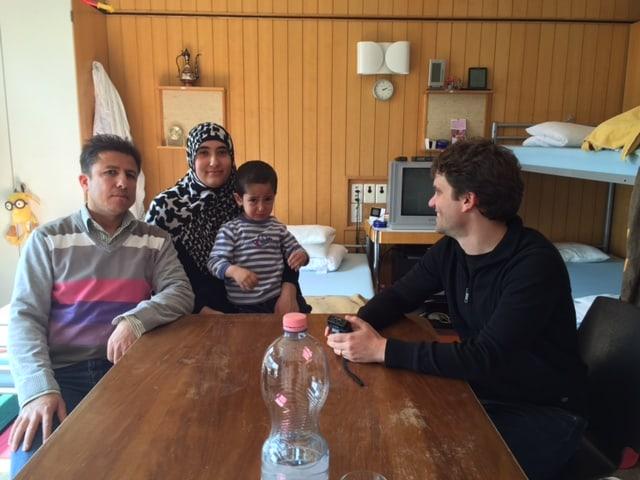 SRF-Reporter Roman Portmann zu Besuch bei Familie Darwisch/Ahmad aus Syrien.