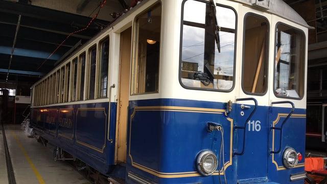 Umgebauter und blau angestrichener alter Bahnwaggon.