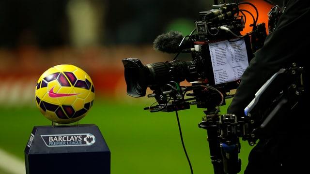 Ein Ball, eine TV-Kamera und das Logo der Barclays Premier League