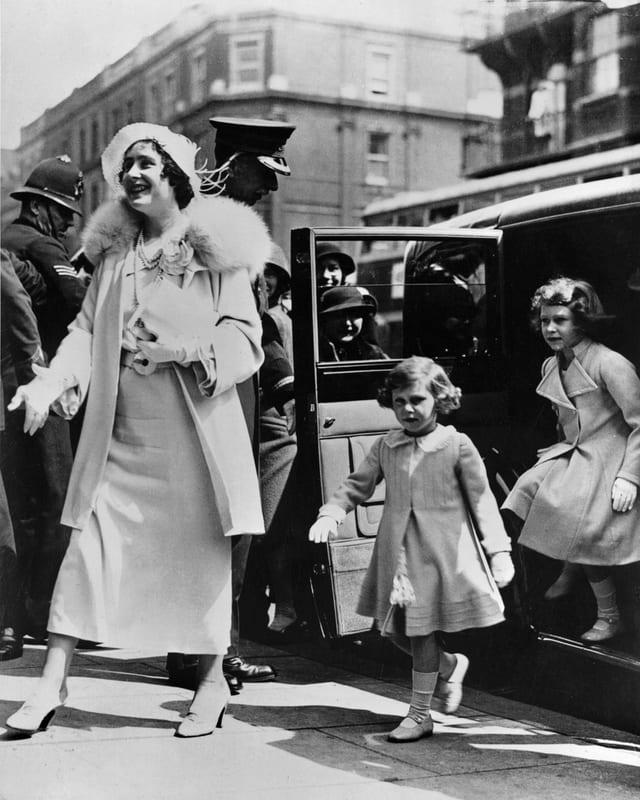 Queen Mum, Prinzessin Margaret und Prinzessin Eilzabeth steigen aus dem Auto.