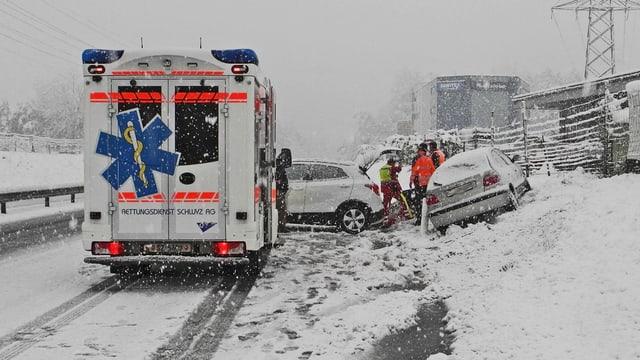 Eine Ambulanz auf verschneiter Strasse.