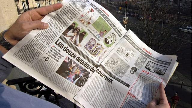 """Aufgeschlagene Zeitung """"France Soir"""", die die umstrittenen Karikaturen publiziert hat."""