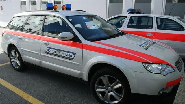 Auto da polizia sin parcadi.