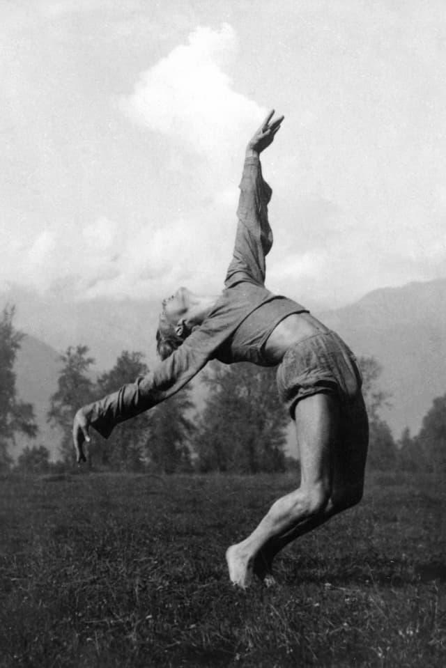 Il saut expressiv era part dal moviment per refurmar la vita. Qua il sautunz Sigurd Leeder ad Ascona, 1925.