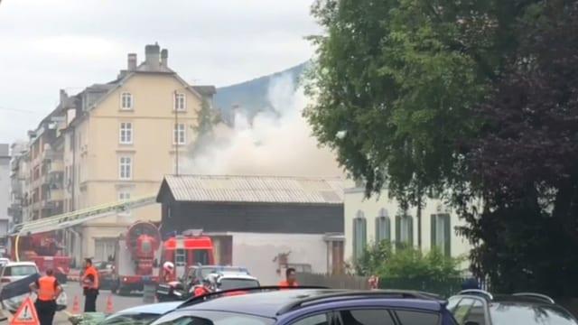 Dichter Rauch über einem Gebäude in Stadtquartier.