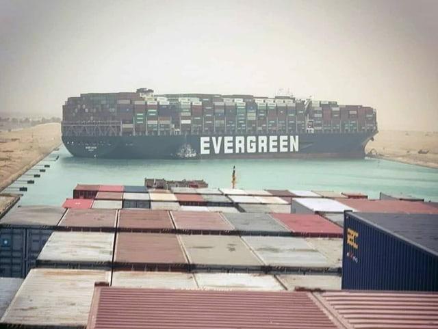 Blick von einem anderen Containerschiff.