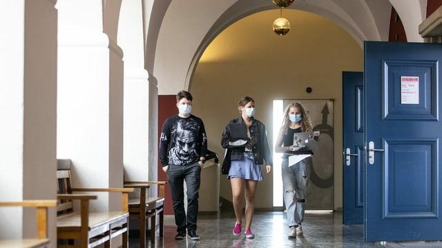 Drei Studierende in den Gängen der Uni Zürich