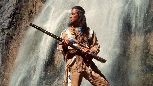 Pierre Brice als Winnetou vor einem Wasserfall.