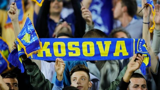 Fan mit Schal Kosova