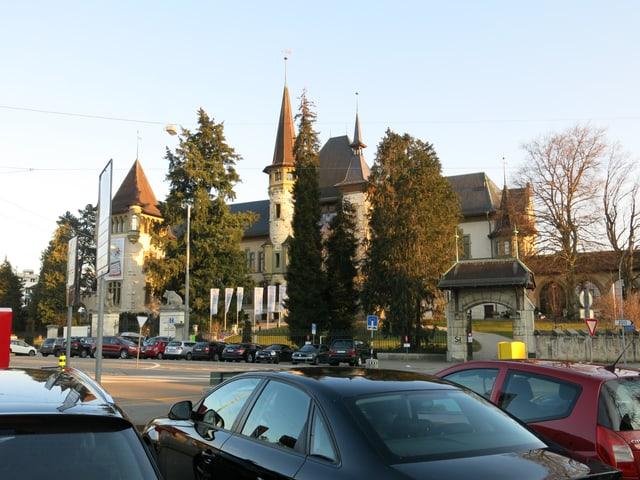 Parkierte Autos auf dem Helvetiaplatz, dahinter das Historische Museum Bern.