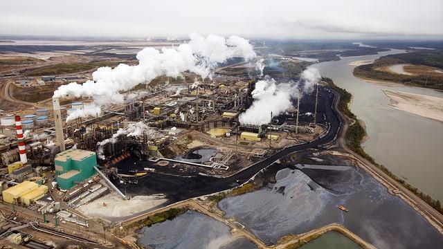 Eine Raffinerie in Alberta aus der Vogelperspektive.
