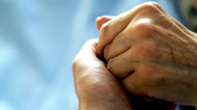 Zwei ineinander verschränkte Hände.