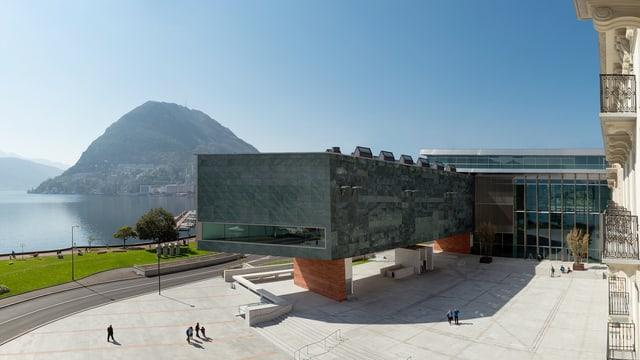 Das neue Kulturzentrum direkt am See in einer Panoramaansicht.
