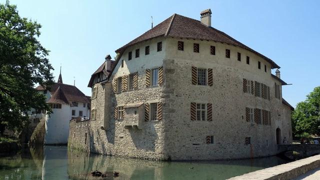 Schloss mit Wassergraben.