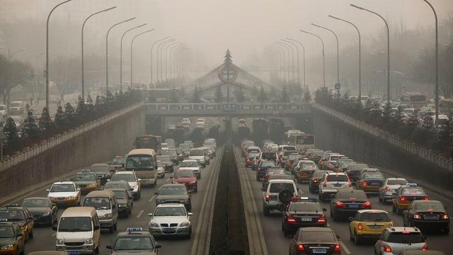 Autostrada a Peking en in nivel da smog.