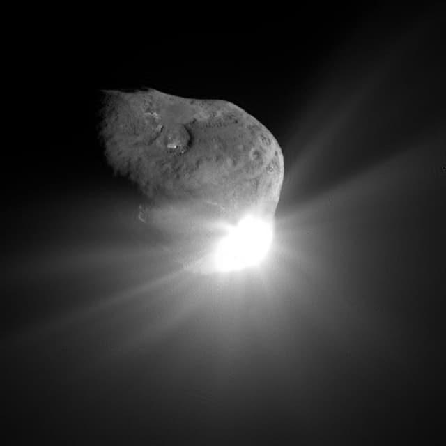Der Komet Temple 1 nach dem Aufschlag des Deep-Impact-Projektils.