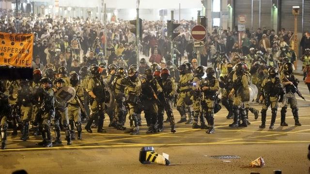 Unruhe zwischen Polizisten und Demonstranten