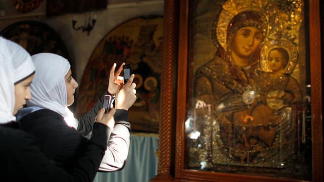 Zwei muslimische Palästinenserinnen besichtigen die Geburtskirche in Bethlehem.