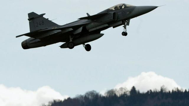 Ein Kampfjet Typ Gripen C hebt bei einem Testflug auf dem Flugplatz Emmen im April 2013 ab.