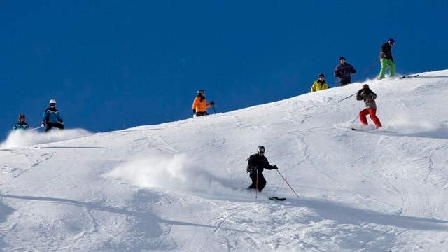 Skifahrer auf einer Skipiste