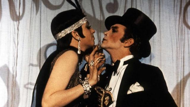Eine Frau und ein Mann, beide im künstlerischen Varieté-Stil gekleidet.