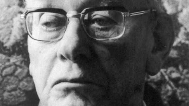 Porträt von Paul Grüninger, s/w, mit Brille, zur Seite blickend.