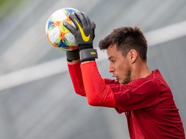 Lindner hält im Training einen Ball