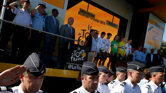 Schweigeminute nach der 13. Tour-de-France-Etappe.