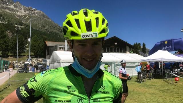 Il ciclist Luca Tavasci cun mascrina.