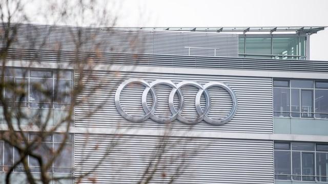 Audi-Logo an der silberenen Fassade des Firmengebäudes in Inglostadt