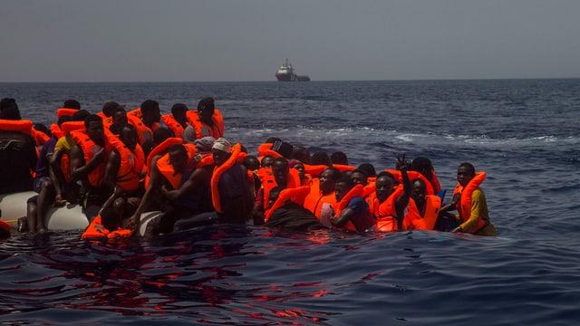 Ein sinkendes Flüchtlingsboot im Mittelmeer
