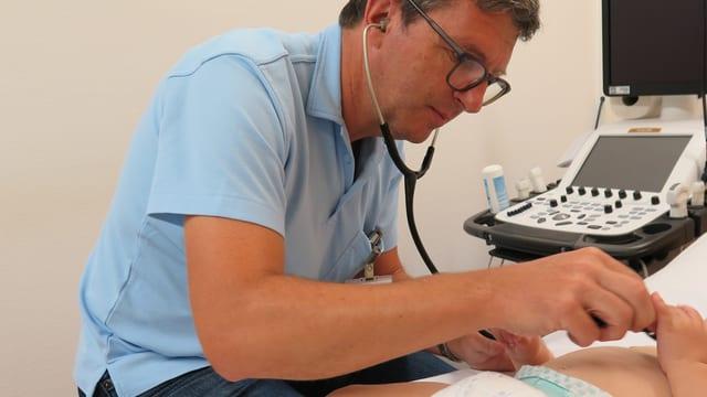Arzt untersucht Kleinkind mit Stethoskop