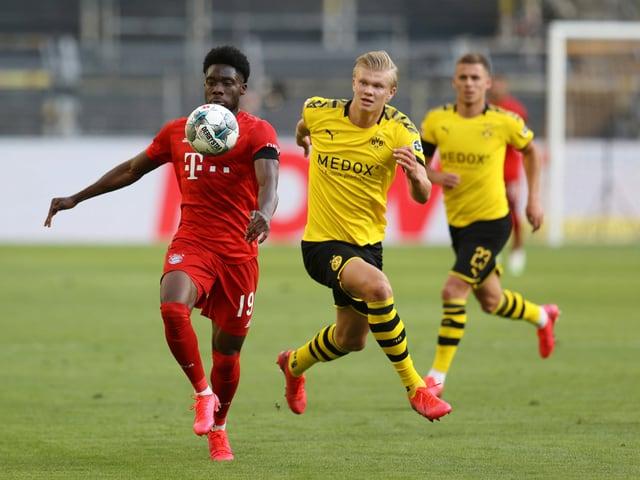 Dortmunds Erling Haaland hat gegen Alphonso Davies das Nachsehen.