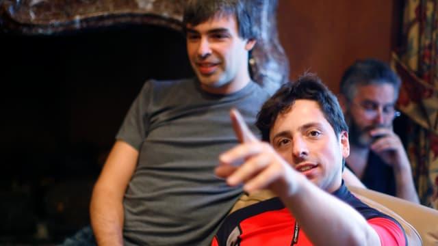 Larry Page im T-Shirt und Sergey Brin in einem Velotrikot.