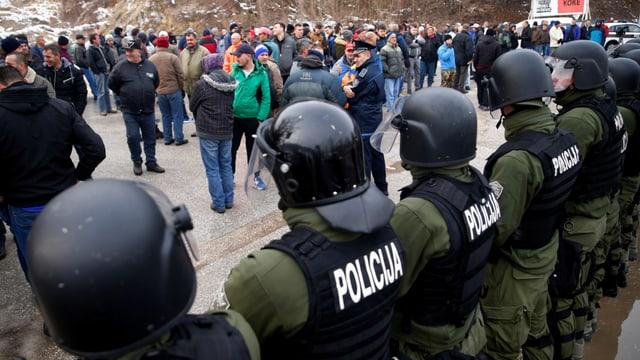 Protestierende Veteranen blockieren eine wichtige Kreuzung bei Doboj.