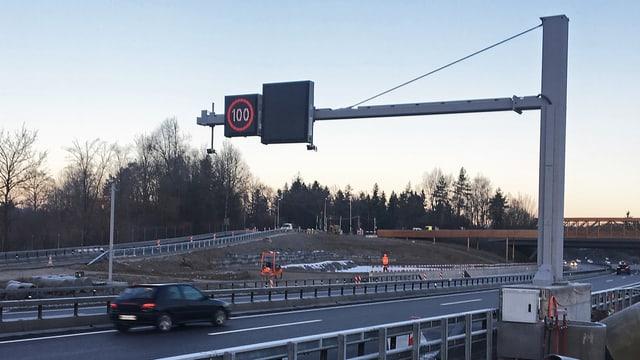 Anzeigetafel über der Autobahn