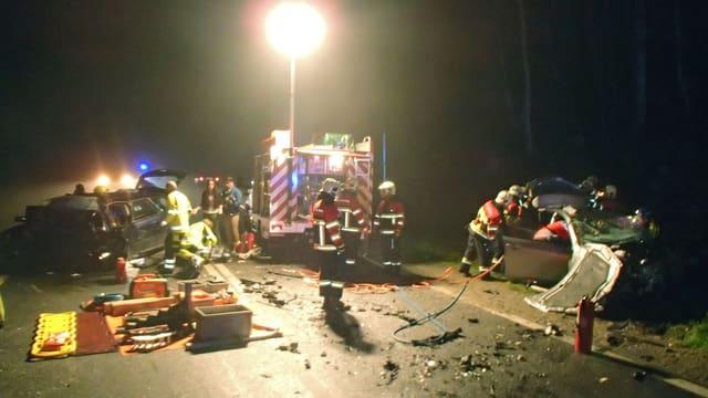 Feuerwehrautos in der Nacht an einer Unfallstelle.