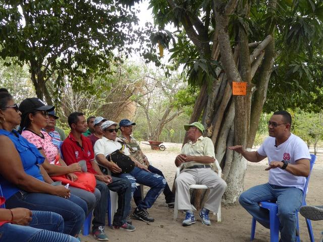 FARC-Mitglied vor Leuten