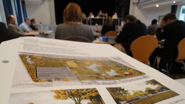 Eine Einwohnerratsvorlage mit Einwohnerräten im Hintergrund