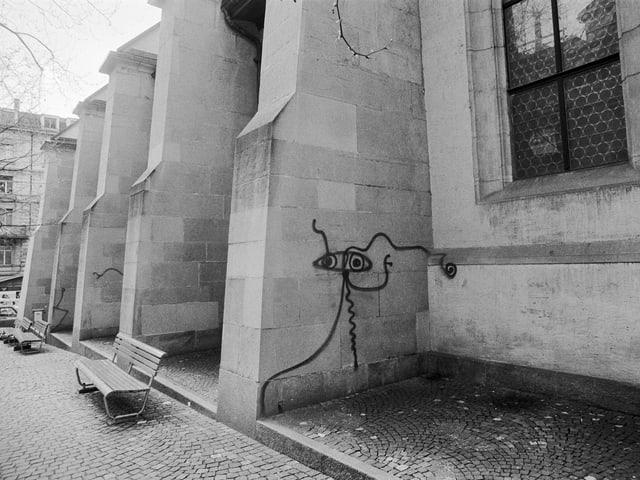 Eine Strich-Figur an der Fassade einer Kriche.