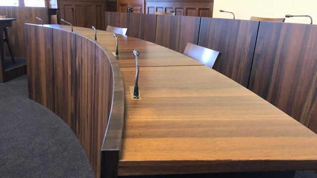 Sitzpulte der Solothurner Regierung im Kantonsratsaal.