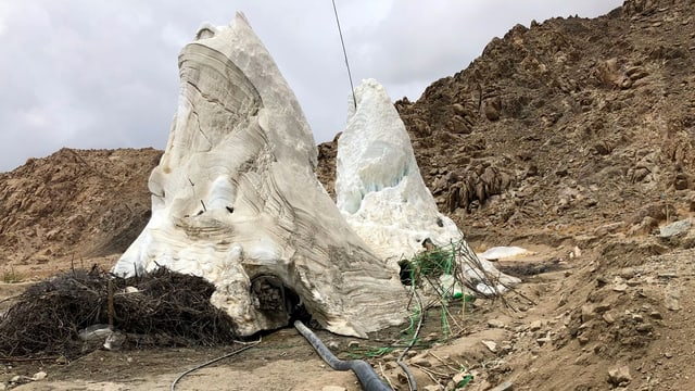 Künstlicher Gletscher umgeben von Gestein