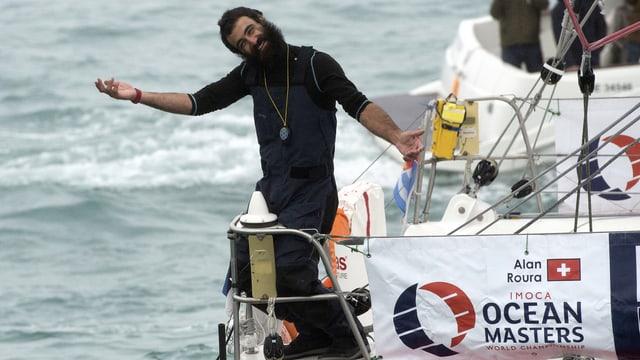 Alan Roura winkt vom Boot.