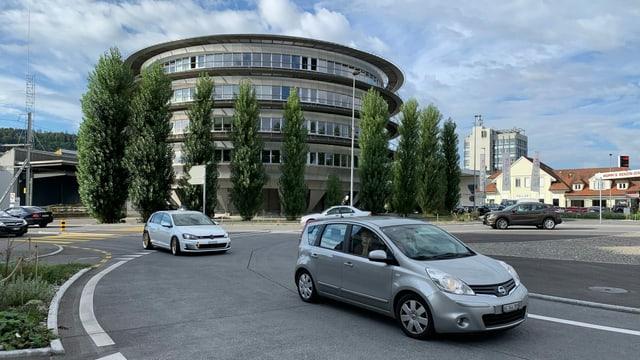 Autos in einem Kreisel