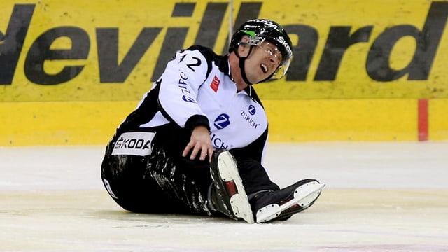 Der Unparteiische Gilles Mauron wurde vom Eis geführt.