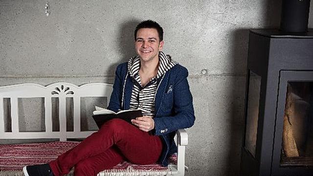 Stephan Sigg mit Buch auf einer Bank